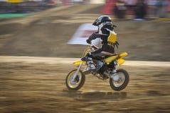 cyklar det tävlings- spåret för motocrossen Royaltyfri Foto