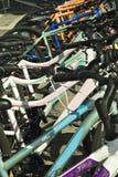 cyklar färgrik rad Royaltyfri Bild