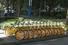 Cyklar för att dela som parkeras på gatan i Shanghai, Kina Arkivfoton