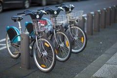 Cyklar för hyra royaltyfri bild