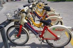 Cyklar för hyra för Milano ` s offentliga Royaltyfria Bilder
