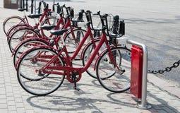 Cyklar för hyra i mitten av Moskva Arkivfoto