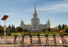 Cyklar för hyra nära Moskvadelstatsuniversitetet Arkivfoton