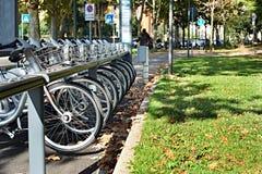 Cyklar för hyra på europeisk stad Royaltyfri Fotografi