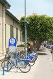 Cyklar för hyra på trottoaren fotografering för bildbyråer