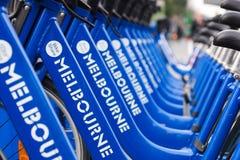 Cyklar för hyra som delen av den Melbourne cykelaktien programmerar Arkivbilder