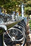 Cyklar för hyra vertikalt Arkivbild