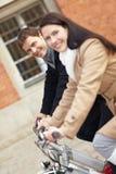 cyklar förbunde lycklig ridning Arkivfoton