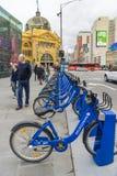 Cyklar från programet för Melbourne cykelaktie som parkerar på federationfyrkanten, Melbourne Arkivfoton