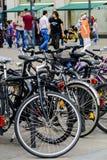 Cyklar i Alexanderplatz Berlin Arkivfoto