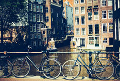 Cyklar i Amsterdam, Nederländerna Royaltyfria Bilder