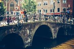 Cyklar i Amsterdam, Nederländerna Royaltyfri Foto