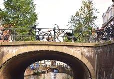 Cyklar i den Amsterdam staden Royaltyfri Fotografi