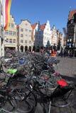 Cyklar i gammal stad av Munster Arkivbilder