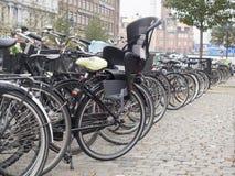 Cyklar i Köpenhamnen, Danmark Royaltyfri Bild