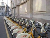 Cyklar i Milan Arkivbilder