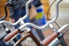 Cyklar i parkeringsplatsen Arkivfoton