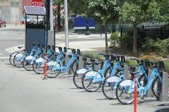 Cyklar i staden Arkivfoto