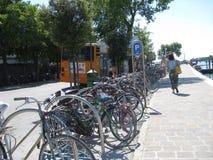 Cyklar i venice Italien Royaltyfria Foton