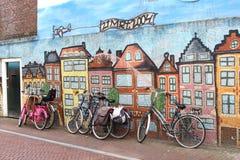 Cyklar mot en vägg för gatakonstgrafitti, Leeuwarden, Holland royaltyfria foton