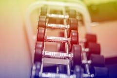 Cyklar och annan konditionutrustning i idrottshall Royaltyfri Bild