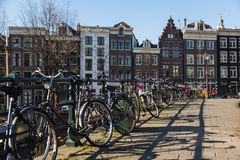 Cyklar och byggnader i Amsterdam Arkivfoto