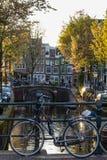 Cyklar och fartyg på gator av Amsterdam i höst Fotografering för Bildbyråer