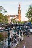 Cyklar och fartyg på gator av Amsterdam i höst Royaltyfri Fotografi