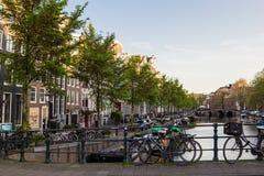 Cyklar och fartyg på gator av Amsterdam i höst Arkivbilder