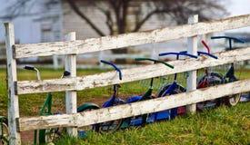 Cyklar på Amish ett rumskolahus Arkivbilder