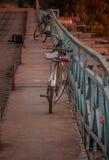 Cyklar på bron Gorokhovets Den Vladimir regionen Slutet av September 2015 Royaltyfri Foto