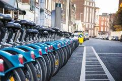 Cyklar på centret i Dublin Arkivbilder