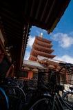 Cyklar på det Asakusa tempelet i Tokyo royaltyfria foton