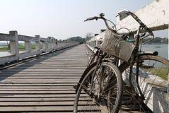Cyklar på en bro Arkivfoton