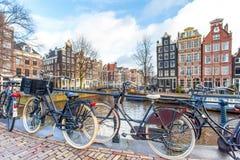 Cyklar på den Amsterdam bron Royaltyfria Foton