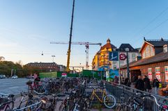 Cyklar parkerade framme av Osterport drevstation i Danmark Arkivbilder