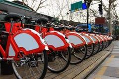 cyklar parkerade hangzhou Arkivbilder