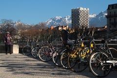 Cyklar parkerar i Grenoble Arkivbild