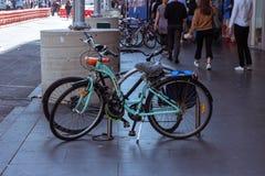 Cyklar parkeras Arkivfoto