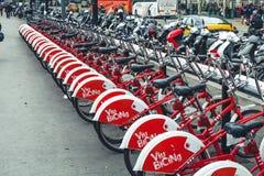 Cyklar röda räkningar för hyra barcelona spain Royaltyfri Fotografi