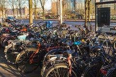 Cyklar som anslutas i Amsterdam Arkivbild