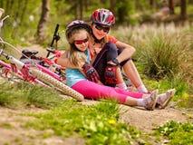 Cyklar som cyklar familjsammanträdevägen nära, cyklar Arkivfoton