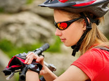 Cyklar som cyklar flickan Cyklistflickaklocka på den smarta klockan royaltyfri bild