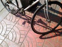 Cyklar som lutar mot elektrisk pol i hård dag, tänder Royaltyfria Bilder