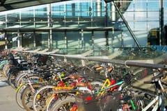Cyklar som parkerar flygplatsKöpenhamnen Danmark Royaltyfri Fotografi