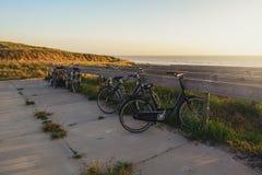 cyklar som parkerar havet Fotografering för Bildbyråer