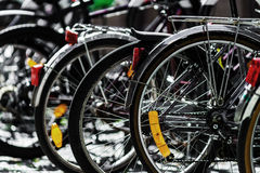 Cyklar som parkerar i den stora europeiska staden, sommardag Royaltyfria Bilder
