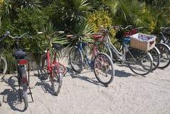Cyklar som parkerar i en strandklubba Royaltyfri Bild
