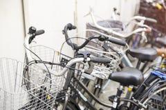 Cyklar som parkerar i Japan Arkivfoton