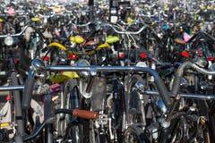 Cyklar som parkerar i Nederländerna Royaltyfri Foto